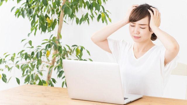 有料の場合の契約期間を悩む女性